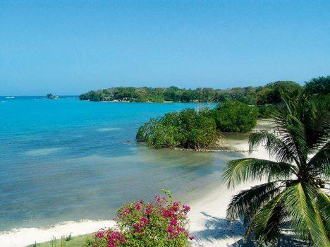 As Ilhas do Rosário, no Caribe colombiano, encontram-se a 35 km de Cartagena. Trata-se de um pequeno arquipélago que pode ser visitado em tours de um dia ou hospedando-se em algum dos hotéis instalados nas ilhas. Mergulho, tranquilidade e frutos do mar são os principais pratos do cardápio das Ilhas do Rosário.