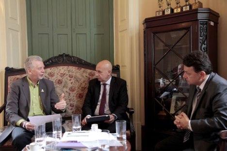Simão (c) reuniu-se com o prefeito José Fortunati e o secretário Luiz Fernando Moraes