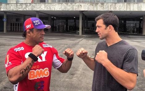 Vitor Belfort e Luke Rockhold se encaram na frente da Arena Jaraguá, local do UFC (Foto: Reprodução)